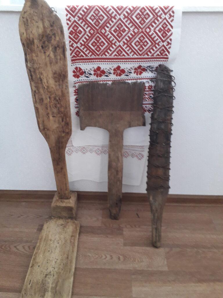 Старинные: прялка, чесалка шерсти и рубель