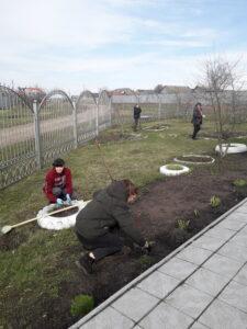 Школьники помогли убрать территорию церкви в с. Вирга