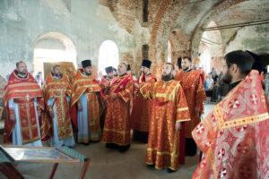 В день памяти Царственных страстотерпцев митрополит Серафим совершил литургию в бывшем Успенском монастыре в честь 300-летия дома Романовых